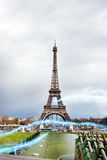 Blå strimma av ljus mot Eiffeltorn Arkivbilder