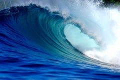 Blå surfa våg Arkivbild