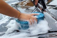 Blå svamp bilen för tvätt Royaltyfri Fotografi