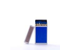Blå tändsticksask med säkerhetsmatcher som isoleras på vit bakgrund royaltyfri bild
