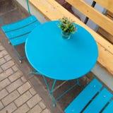 Blå tabell och stol Arkivfoto