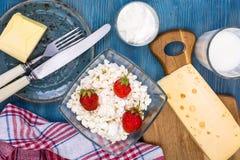 Blå tabell som tjänas som med mejeriprodukter, bästa sikt royaltyfria bilder