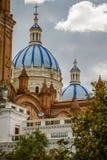 Blå takdomkyrka i stad av Cuenca, Ecuador Arkivfoto
