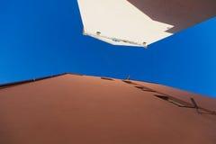 blå taksky Arkivfoto