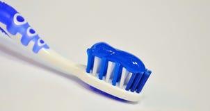Blå tandborste med en blå tandkräm Fotografering för Bildbyråer