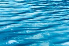 Blå tapet för turkosblåtthavsvatten, abstrakt modell med den krabba strukturen i turkos och blåttskuggor Arkivbild