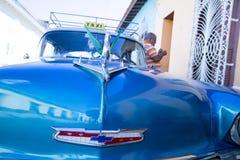 Blå taxi i Trinidad, Kuba Arkivfoto