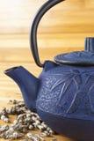 Blå tekanna med bambuskott Royaltyfri Bild