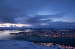 Blå timme över Tromso, Norge Arkivbilder