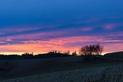 Blå timme i de Monferrato kullarna i winterPiedmont, Italien Fridsam sikt Royaltyfri Fotografi