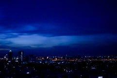 blå timme och stad royaltyfri bild