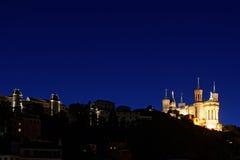Blå timme på basilika och kullen av Fouviere Royaltyfri Bild