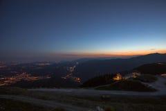 Blå timme på den venetian prealps- och Vittorio Veneto bergkojan Royaltyfria Foton