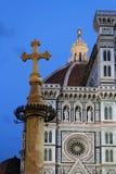 Blå timme på det Florence Cathedral och Duomostället Arkivbild