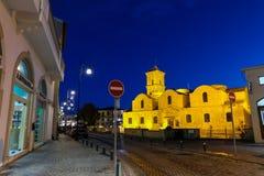 Blå timme på kyrkan av helgonet Lazarus i den historiska mitten av Larnaca Arkivfoton