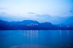 Blå timme på sjön Garda Fotografering för Bildbyråer
