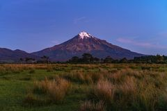 Blå timme på taranakien för kottevulkanmontering, Nya Zeeland 6 Royaltyfria Foton