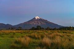 Blå timme på taranakien för kottevulkanmontering, Nya Zeeland 2 Arkivfoto