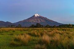 Blå timme på taranakien för kottevulkanmontering, Nya Zeeland 4 Royaltyfri Foto