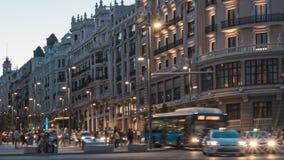 Blå timme Timelapse i Gran via gatan av Madrid stock video