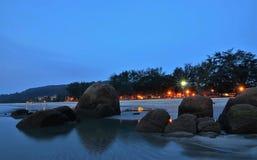 Blå timmepanorama på stranden Arkivbilder