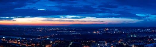 Blå timmesolnedgång av Missouriet River och den norr Kansas City royaltyfria foton