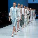 blå ton för show för modeexponeringsfotograf Kvinna på podiet royaltyfri foto
