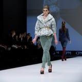 blå ton för show för modeexponeringsfotograf Kvinna på podiet Arkivbild