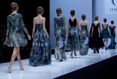 blå ton för show för modeexponeringsfotograf Kvinna på podiet Arkivbilder