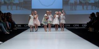 blå ton för show för modeexponeringsfotograf lurar podiet Royaltyfria Foton
