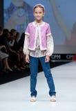 blå ton för show för modeexponeringsfotograf Ungar flicka på podiet Royaltyfria Bilder