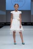 blå ton för show för modeexponeringsfotograf Ungar flicka på podiet Royaltyfri Foto