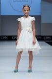 blå ton för show för modeexponeringsfotograf Ungar flicka på podiet Royaltyfri Bild