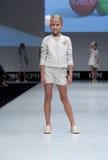 blå ton för show för modeexponeringsfotograf Ungar flicka på podiet Royaltyfria Foton