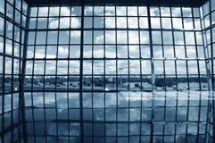 blå tonad byggnadsinterior Fotografering för Bildbyråer