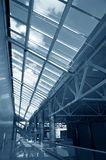blå tonad byggnadsinterior Arkivfoto