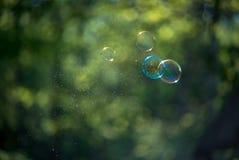 blå tonality för bubblatvålstruktur Arkivfoto