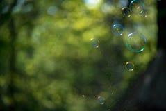 blå tonality för bubblatvålstruktur Arkivbild