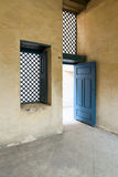 Blå träfönster och dörr för tappning med yellowplasterväggen Arkivbilder
