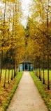 Blå trägazebo på genomskärningen av spåren i parkera av museumgodset Mikhailovskoe Arkivbilder