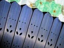 Blå trähandfan med färgrikt tyg royaltyfria foton