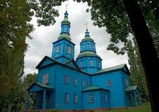 Blå träkyrka med gröna kupoler Royaltyfri Bild