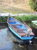 Blå träroddbåt Fotografering för Bildbyråer