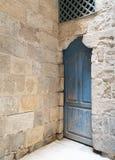 Blå trästängd dörr för tappning och stentegelstenvägg Royaltyfria Foton