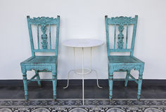 Blå trästol med tabellen. Royaltyfri Fotografi