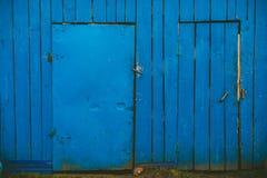 Blå trävägg med två dörrar royaltyfri fotografi