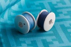 Blå tråd på blått tyg Fotografering för Bildbyråer