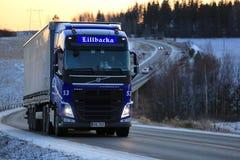 Blå transport för Volvo FH lastlastbil på solnedgången Royaltyfri Bild