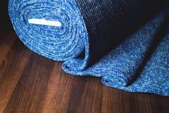 Blå tygrulle på träbakgrund Royaltyfri Foto