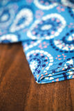 Blå tygtextil med prydnaden på trä Arkivbilder
